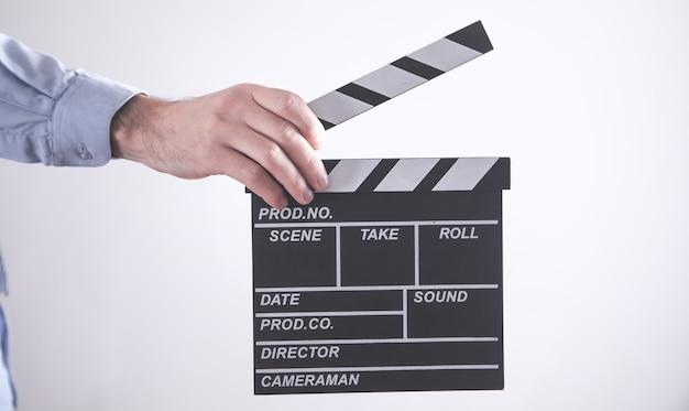 Mężczyzna trzyma klakier filmu. tworzenie koncepcji filmu