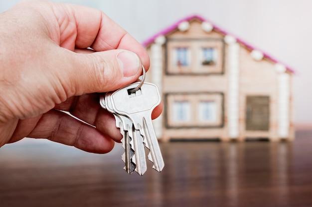Mężczyzna trzyma klucze w dłoni