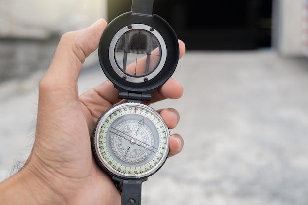 Mężczyzna trzyma kompas na zewnątrz