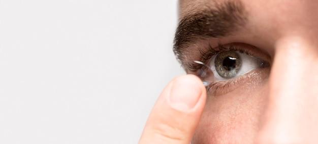 Mężczyzna trzyma kontakt wzrokowy z miejsca na kopię