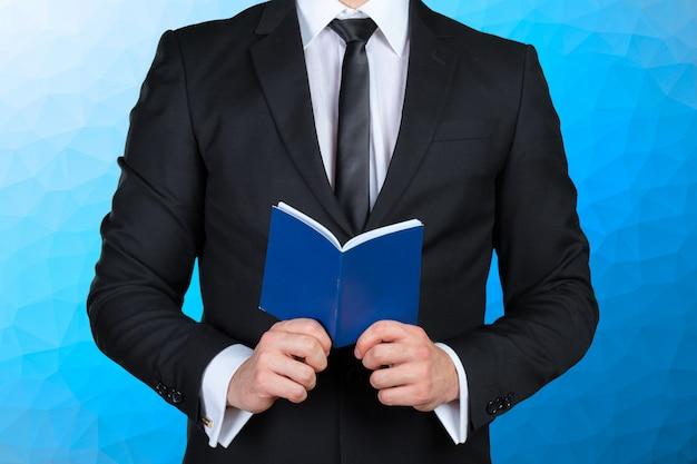 Mężczyzna trzyma książkę harmonogramu
