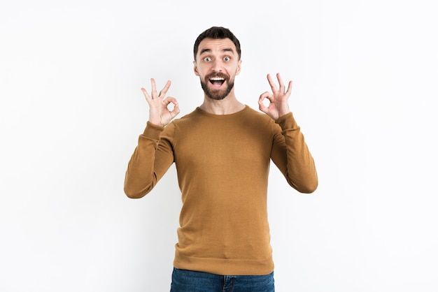 Mężczyzna trzyma ok znaka obiema rękami