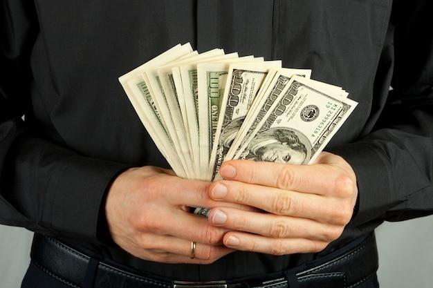 Mężczyzna trzyma pieniądze w rękach dolara usa