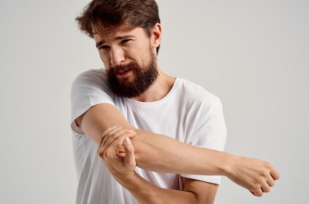 Mężczyzna trzyma problem zdrowotny urazu ręki