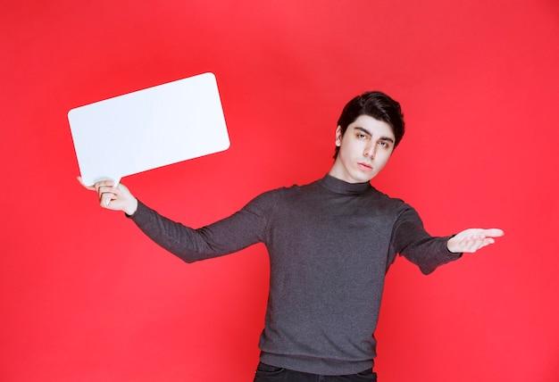 Mężczyzna trzyma prostokątną ideaboard do prezentacji