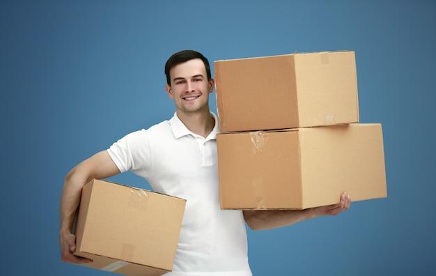 Mężczyzna trzyma stos kartonów, z bliska