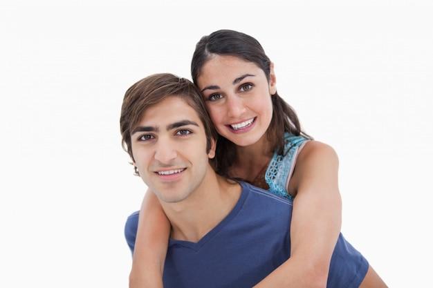 Mężczyzna trzyma swoją dziewczynę na plecach