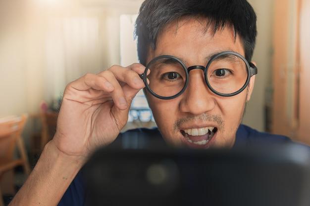 Mężczyzna trzyma tablet na tle miasta niewyraźne dla e-zakupy marketingu cyfrowego, zakup konsumenta zakupy internet obraz online