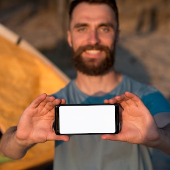 Mężczyzna trzyma telefon w jego rękach
