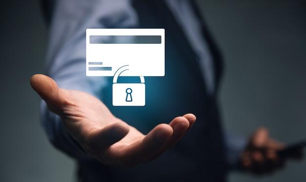 Mężczyzna trzyma telefon z karty kredytowej i ikona kłódki