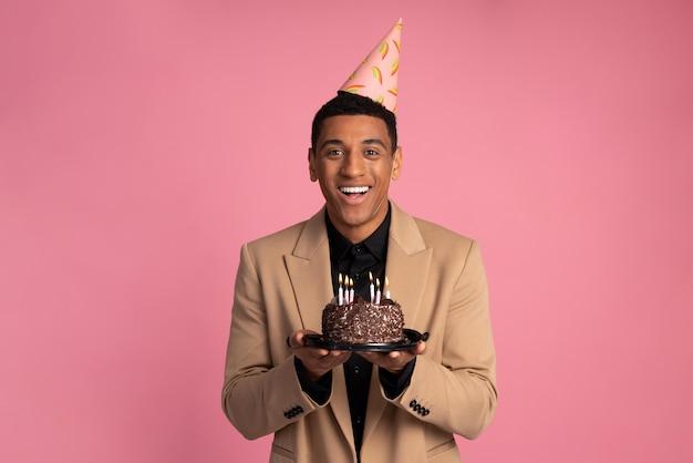 Mężczyzna trzyma tort urodzinowy