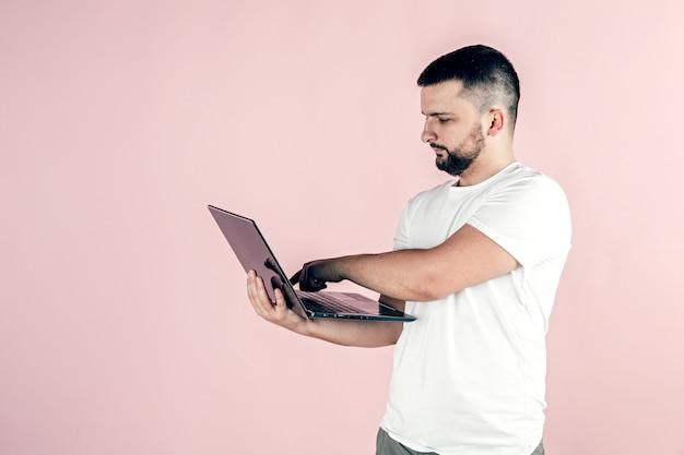 Mężczyzna trzyma w rękach laptopa. praca zdalna i freelancing.