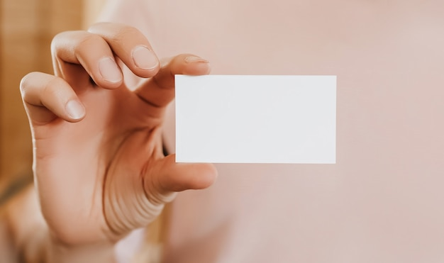 Mężczyzna trzyma wizytówkę z pustym