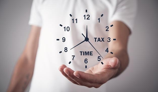 Mężczyzna trzyma zegar