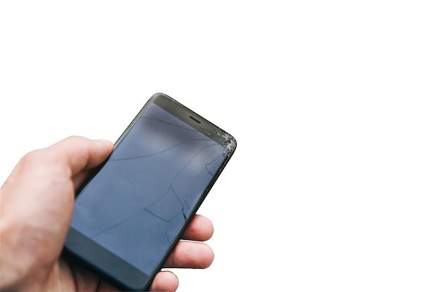 Mężczyzna trzyma zepsuty smartfon na białym tle.