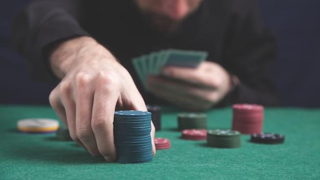 Mężczyzna trzyma żetony do pokera. koncepcja kasyna