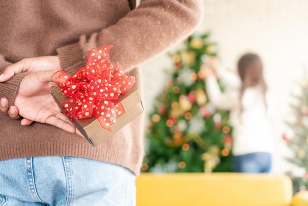 Mężczyzna trzymać niespodziankę prezent na boże narodzenie