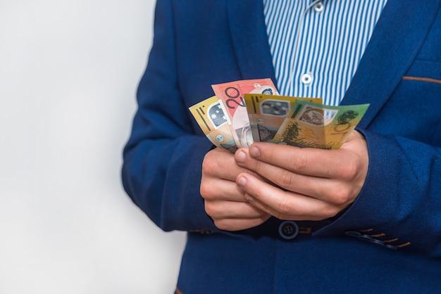 Mężczyzna trzymając się za ręce zbliżenie banknotów dolar australijski