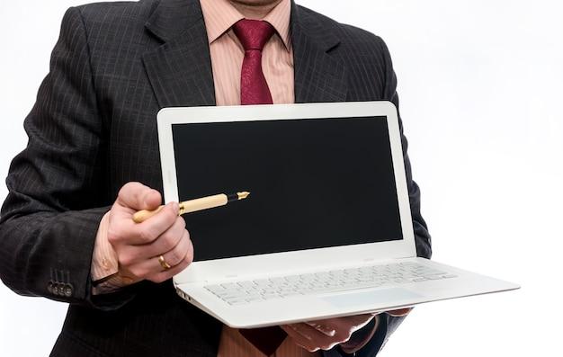 Mężczyzna trzymający białego laptopa na białym tle