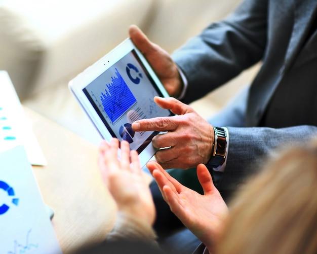Mężczyzna trzymający cyfrowy tablet, zbliżenie