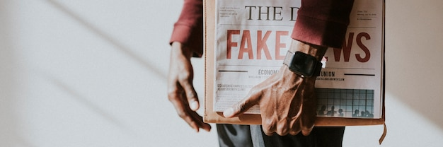 Mężczyzna trzymający gazetę