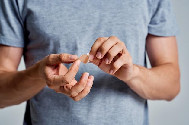 Mężczyzna trzymający gips w dłoniach pomaga w leczeniu