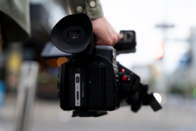 Mężczyzna trzymający kamerę telewizyjną