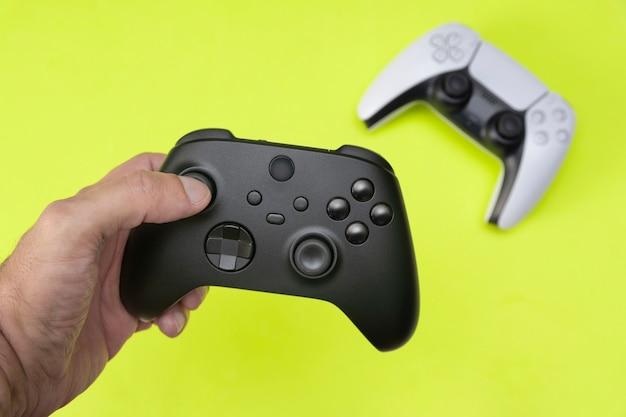 Mężczyzna trzymający kontroler do gier nowej generacji.