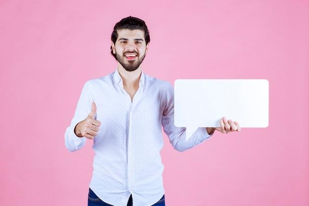 Mężczyzna trzymający pusty thinkboard prostokątny jak to.