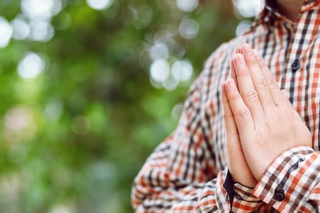 Mężczyzna trzymający ręce w modlitwie
