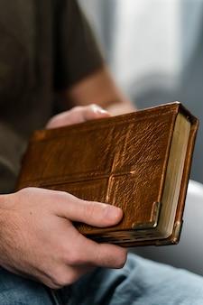 Mężczyzna trzymający świętą księgę