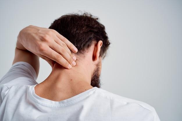 Mężczyzna trzymający szyję zapalenie stawów problemy zdrowotne leczenie studyjne