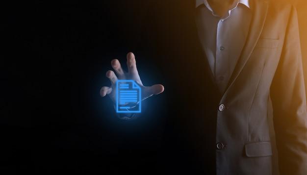 Mężczyzna trzymający w ręku ikonę dokumentu zarządzanie dokumentami system danych biznes internet