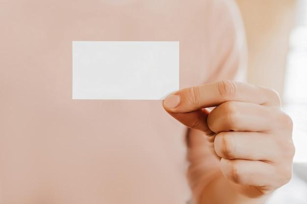 Mężczyzna trzymający wizytówkę z pustym tłem