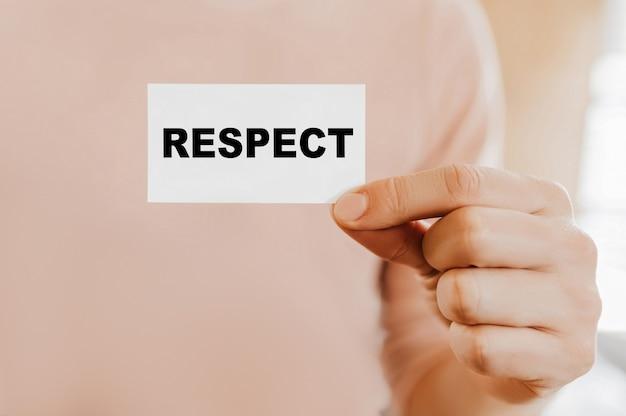 Mężczyzna trzymający wizytówkę z respect