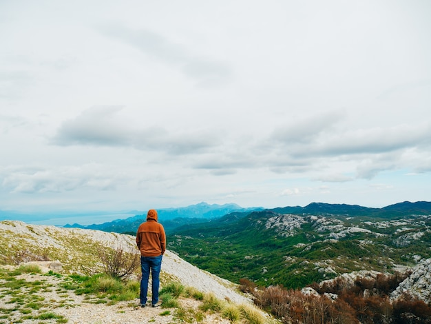 Mężczyzna turysta na górze lovcen czarnogóra