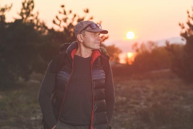 Mężczyzna turysta z plecakiem w lesie