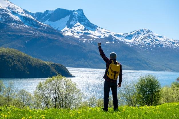 Mężczyzna turysta z pozycją wielkiej górskiej przyrody skandynawii