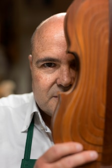 Mężczyzna Tworzący Instrument W Swoim Warsztacie Darmowe Zdjęcia
