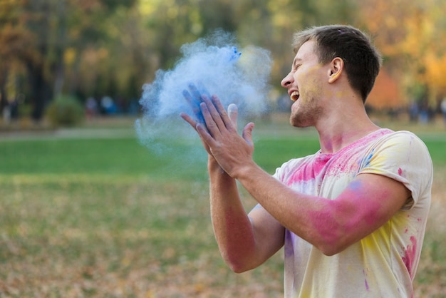 Mężczyzna tworzy barwionego proszek dla holi festiwalu