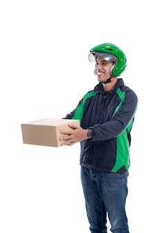 Mężczyzna uber rider lub kierowca dostarczający paczkę do klienta