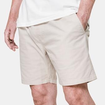 Mężczyzna ubrany w beżowe szorty z bliska