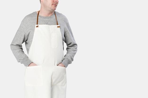 Mężczyzna ubrany w beżowy fartuch z bliska