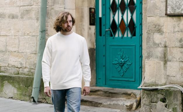 Mężczyzna ubrany w białą bluzę