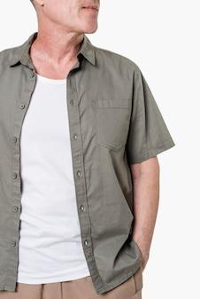 Mężczyzna ubrany w białą koszulkę pod szarą koszulą