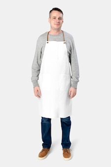 Mężczyzna ubrany w biały fartuch na białym