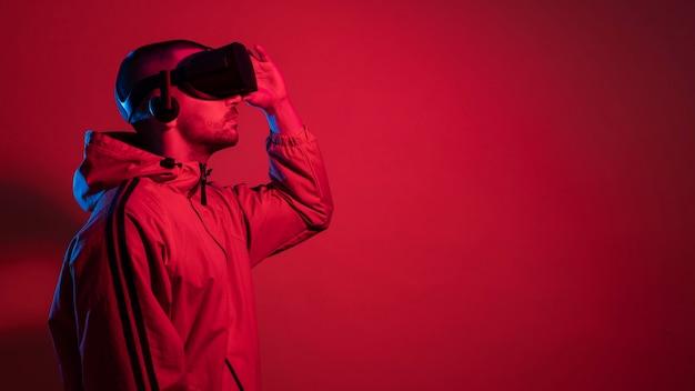 Mężczyzna ubrany w gadżet rzeczywistości wirtualnej z miejscem na kopię