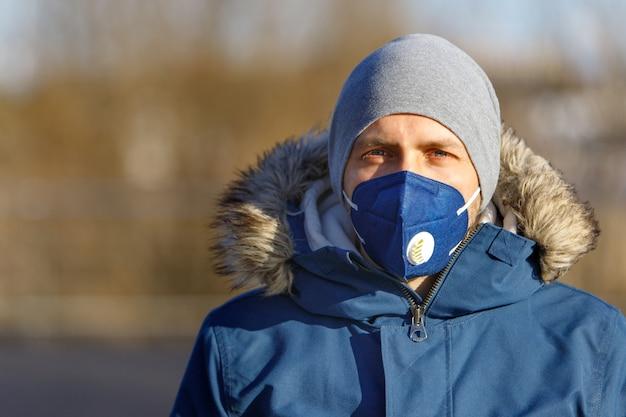 Mężczyzna ubrany w maskę protestacyjną na ulicy, ochrona przed wirusem koronowym