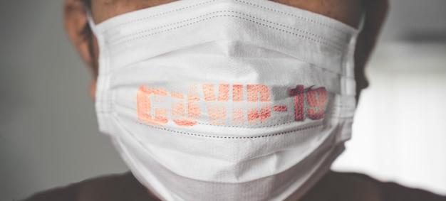 Mężczyzna ubrany w maskę z wybuchem wirusa covid-19