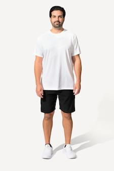 Mężczyzna ubrany w minimalną białą koszulkę